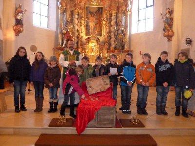 Foto zur Meldung: Die Erstkommunionkinder von 2012 stellten sich den Gläubigen vor