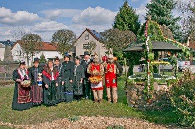 Foto zur Meldung: Hirschfeld hat einen Osterbrunnen