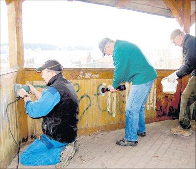 Foto zu Meldung: 100 Hände packen an: 60 Säcke voll Müll gesammelt und einen Pavillon verschönert / Ziel für GPS-Wanderer auf dem Kahlenberg bei Elbingerode ist wieder ansehnlich