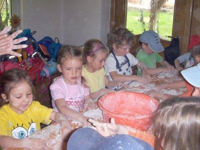 Foto zur Meldung: 31 Kinder beim Brot backen bei Anneliese Breu