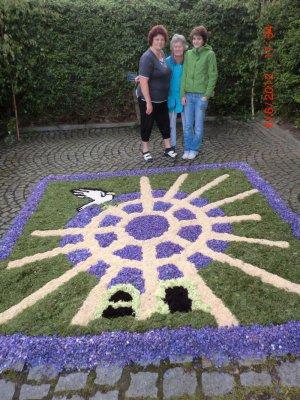 Foto zur Meldung: Blumenteppich beim Fronleichnamsfest