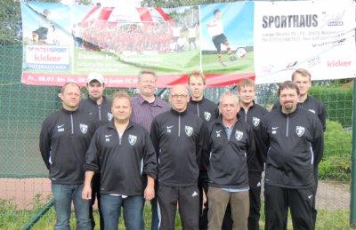 Foto zur Meldung: Neue Trainings-Shirts für die Juniorentrainer u. -Betreuer