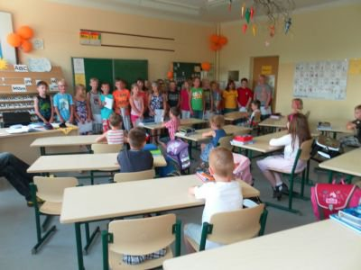 Foto zur Meldung: Glückwünsche der anderen Mitschüler an Klasse1