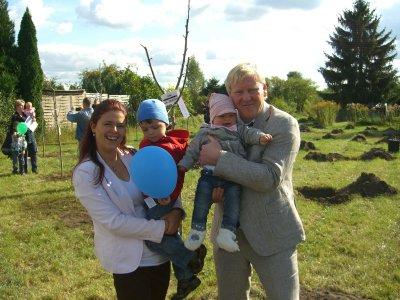 Foto zur Meldung: Bäumchen mit Beelitzer Familien gepflanzt