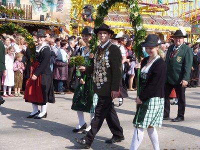 Foto zu Meldung: Der Oktoberfesttrachten- und Schützenfestzug war ein tolles Erlebnis