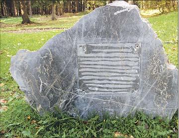 Foto zu Meldung: Nackter Fels am Weg verwundert Wanderer - Diebe reißen Gedenktafel des Harzklubs ab / Verein ist enttäuscht und hofft auf Rückgabe
