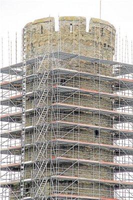 Foto zur Meldung: Ortsgemeinde: Bergfried der Burg Schwalbach eingerüstet