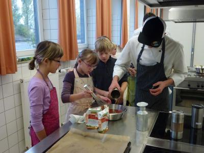 Foto zur Meldung: Gesunde Kost - Kochen mit Schülern der Diesterweggrundschule