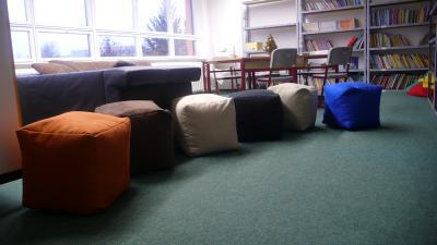 Foto zur Meldung: Sitzhocker für unsere Schulbibliothek