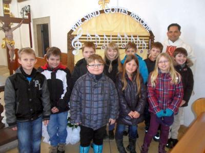 Foto zur Meldung: 10 Erstkommunionkinder der Pfarrei Prackenbach/Krailing stellten sich der Pfarrfamilie vor