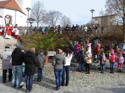 Foto zur Meldung: Palmweihe am Osterbrunnen