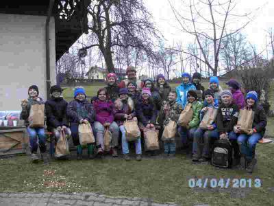 Foto zur Meldung: Kommunionkinder aus Moosbach und Prackenbach beim Brot-Backen