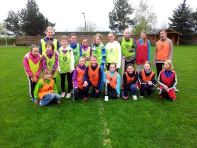Foto zur Meldung: 18 Mädchen beim Fussballtraining