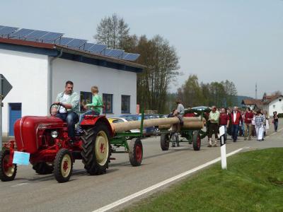 Foto zur Meldung: Dorfverein Hagengrub stellte am 1. Mai zum 4. Mal einen Maibaum auf – 200 Gäste