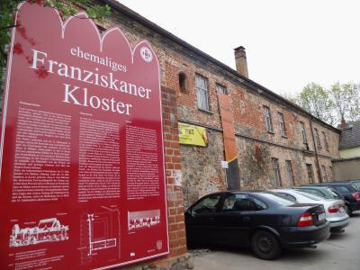 Foto zu Meldung: Neues Schild am ehemaligen Franziskanerkloster