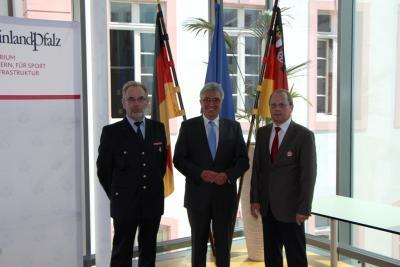Foto zu Meldung: Goldenes Feuerwehrabzeichen als Steckkreuz für Otto Wendling aus Rheinböllen