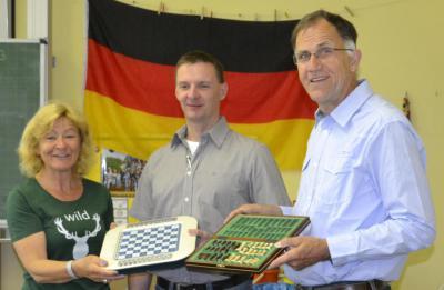 Foto zur Meldung: Förderverein stiftet Schachspiele und Keyboard