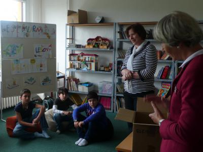 Foto zur Meldung: Bücherspende an Grundschule