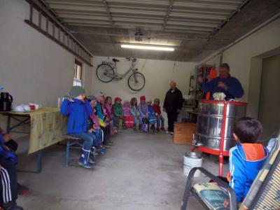 Foto zur Meldung: Kinder des Kindergartens und der Krippe beim Hobby-Imker