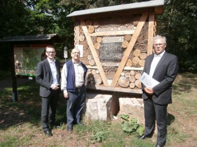 Vorschaubild zur Meldung: Bezirkstagspräsident Richard Bartsch und Bezirksrat Peter Daniel Forster besuchten den Waldspielplatz Steinbrüchlein