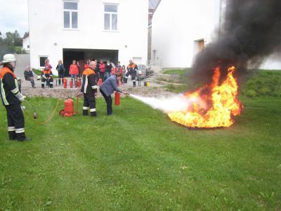 Foto zur Meldung: Hausfrauen übten den Umgang mit Feuerlöschern