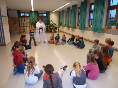 Foto zur Meldung: Die Schüler der Grundschule übten sich in Selbstverteidigung