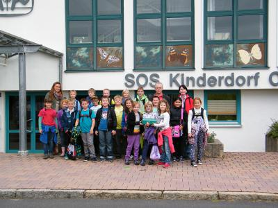 Foto zu Meldung: Dritte Klasse übergibt Spende an SOS-Kinderdorf