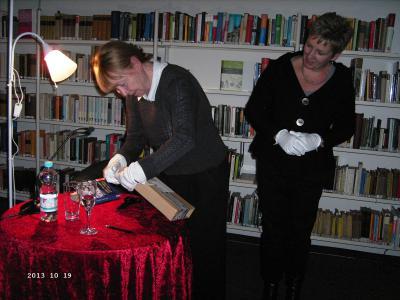 Foto zur Meldung: Ein kostbares Geschenk für die Anna-Ditzen-Bibliothek