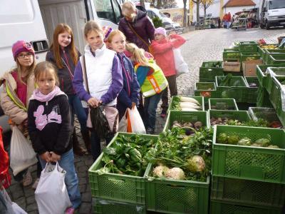 Foto zur Meldung: Besuch der zweiten Klasse am Wochenmarkt