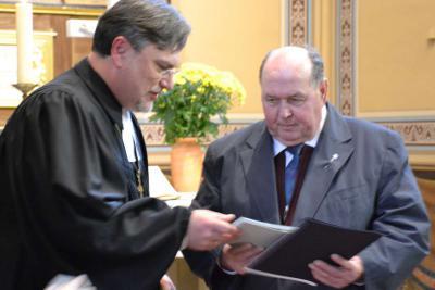 Ulrich Fahr (rechts) erhält Anhalter Kreuz durch Kirchenpräsident Joachim Liebig