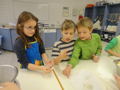 Foto zur Meldung: Weihnachtsbäckerein mit Grundschülern Klasse 1A