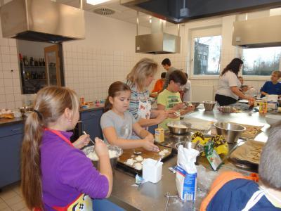 Foto zur Meldung: Weihnachtsbäckerei mit Grundschülern Klasse 4A