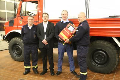 Foto zu Meldung: Jungunternehmer spenden Feuerwehr Rheinböllen Notfallrucksack