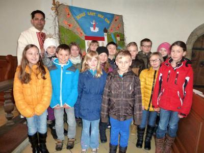 Foto zur Meldung: 14 Erstkommunionkinder der Pfarrei Prackenbach/Krailing stellten sich der Pfarrfamilie vor