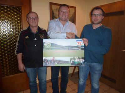Foto zur Meldung: Rückblick vom letzten Spielerjahr – Bürgermeister Eckl überreicht ein Portrait von der Lorenz-Arena