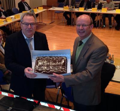 """Verbandsvorsitzender Rudolf Kürner (rechts) überreicht Bürgermeister a.d. Gerd Spiegel (links) den """"Filterkuchen"""""""
