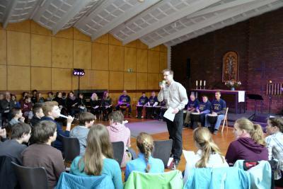Pfarrer Sylvester leitet den Abschlussgottesdienst (Foto: Patrick Kleczka)