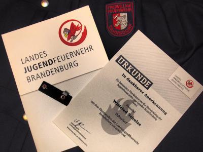 Foto zur Meldung: Ehrenabzeichen der Landesjugendfeuerwehr Brandenburg für Wilfried Schulze