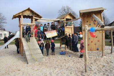 Foto zur Meldung: Hurra wir haben einen neuen Spielplatz!