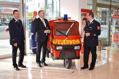 Vorschaubild zur Meldung: Freiwillige Feuerwehr Rosenheim präsentiert sich in der Sparkasse