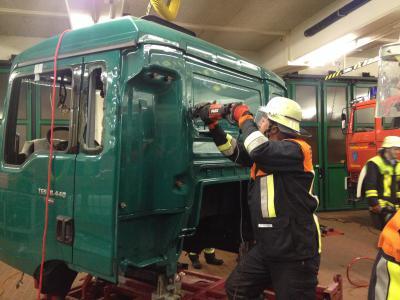 Foto zur Meldung: Übung mit LKW Fahrergehäuse