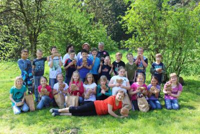 Foto zur Meldung: Kommunionkinder aus Prackenbach und Moosbach beim Brot-Backen