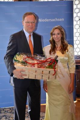 Foto zur Meldung: Spargelkönigin Constanze bei MP Stefan Weil