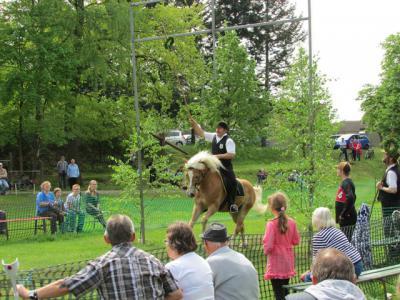 Vorschaubild zur Meldung: Traditionelles Kranzreiten zu Himmelfahrt wieder in Lindena