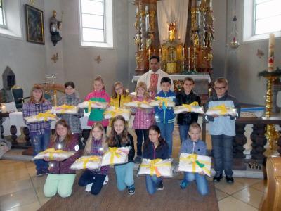 Foto zur Meldung: Erstkommunionkinder empfingen Kleider und Kreuz