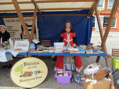 Foto zu Meldung: Bücherflohmarkt und Heimat-Quiz  der Bibliothek  auf dem Kunstmarkt zur 48-Stunden-Kleeblattregion am 10./11. Mai 2014