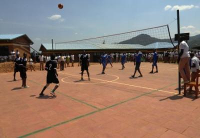 Das Volleyball-Spielfeld ist der zentrale Platz der Schule