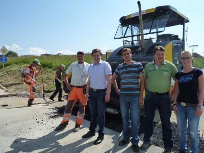 Foto zu Meldung: Erschließungsstraße im Wohnbaugebiet wurde geteert