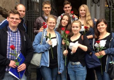 Alle auf einen Blick: Die geehrten Jugendlichen mit Jugendmitarbeiter Jakob Bindel vor dem Rathaus Charlottenburg. Foto: Kirchenkreis