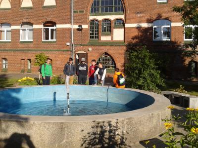 Foto zur Meldung: Springbrunnen erfreut wieder Schüler und Lehrer